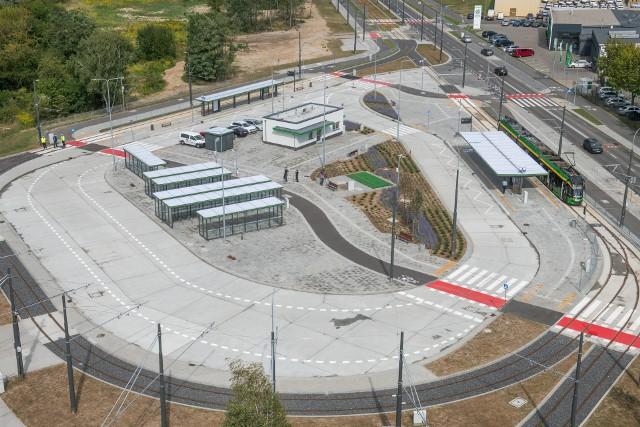 Od wtorku, 1 września będzie można dojeżdżać tramwajem do nowej pętli tramwajowej przy Unii Lubelskiej w Poznaniu. Mieszkańcy tego rejonu, osiedli przy ul. Falistej i Unii Lubelskiej, mają powody do zadowolenia – do tej pory do najbliższego przystanku tramwajowego mieli około kilometra.Przejdź do kolejnego zdjęcia --->