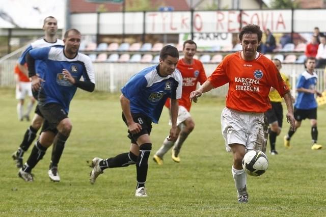 Strumyk (pomarańczowe koszulki) wygrał 4-0 z Mokrzyszowem.