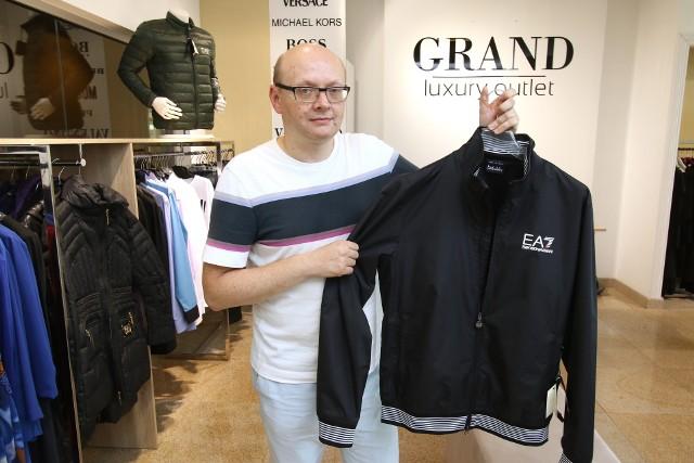 Współwłaściciel kieleckiego outletu Grand, Jarosław Panek, prezentuje luksusowe kolekcje dla panów po obniżonych cenach.