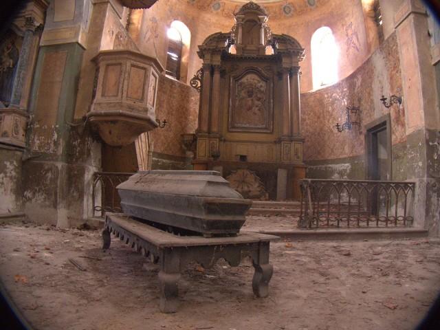 Kościół w Grzymałkowie stoi opuszczony już pół wieku. Obecnie najczęściej odwiedzają go nie wierni, a młodzi ludzie, którzy urządzają sobie na terenie ruiny libacje alkoholowe.