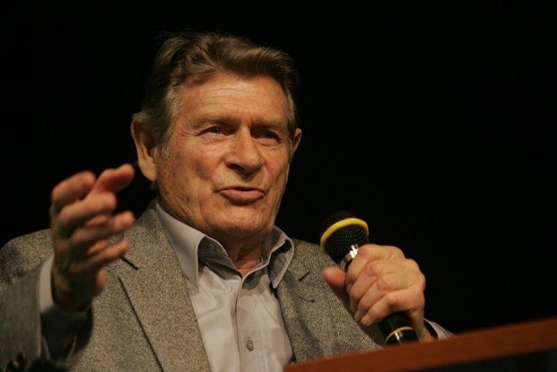 """Stanisław Mikulski, odtwórca głównej roli w kultowym serialu """"Stawka większa niż życie"""", spotkał się z mieszkańcami Kostrzyna."""