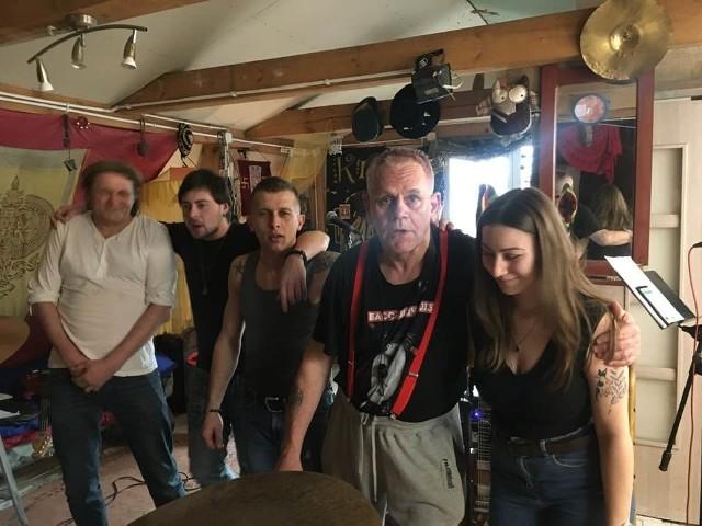 Włodek Kiniorski, znany multiinstrumentalista współpracuje z Zuzą Gadowską w nowym zespole Kinior&Dietetycy.