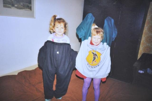 """Siostry w """"trochę"""" za dużych ubrankach"""
