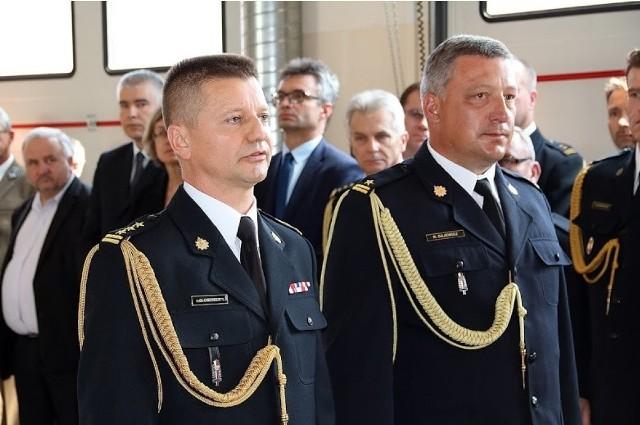 Z lewej starszy brygadier Grzegorz Ciepiela obok niego nowy komendant powiatowy straży pożarnej w Staszowie młodszy brygadier Rafał Gajewicz
