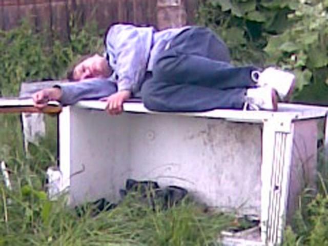 spał na starej lodówce