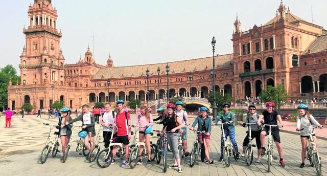 Młodzież z Rząski zwiedzała hiszpańską Sewillę  na rowerach, co okazało się dużą atrakcją