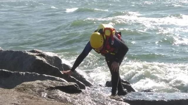 Ratownicy przeczesują okolice falochronu w poszukiwaniu dzieci
