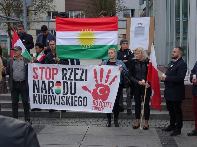 """""""Stop Ludobójstwu Kurdów"""" - pod tym hasłem Era Kobiet oraz KOD zorganizowały w Koszalinie manifestację. - Domagamy się podjęcia działań na arenie międzynarodowej, które powstrzymałyby Turcję przed nękaniem i mordowaniem ludności kurdyjskiej - mówią inicjatorzy."""