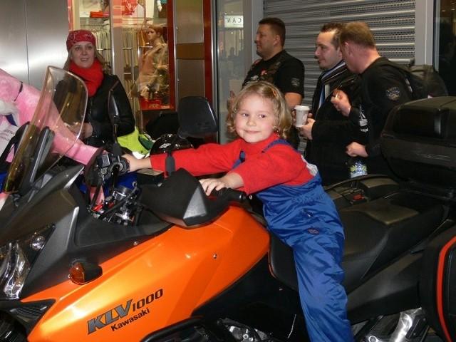 Motocykle należące do stowarzyszenia CK Rider cieszyły się dużym zainteresowaniem wśród najmłodszych uczestników orkiestrowej licytacji w  Galerii Echo.