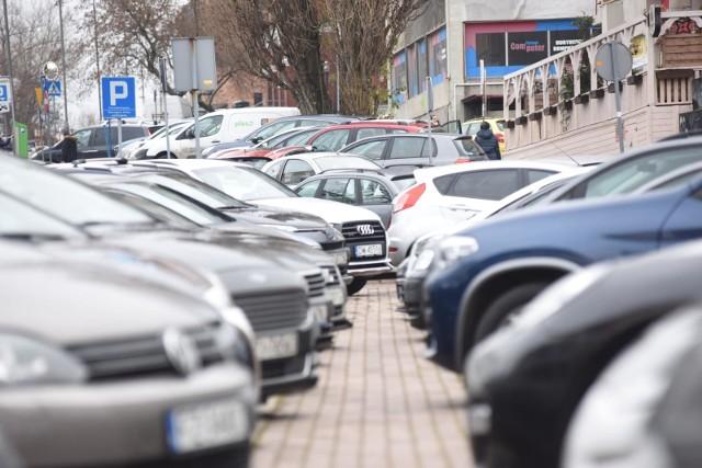 Opłaty za parkowanie w strefie pobiera się w dni robocze od poniedziałku do piątku w godzinach 9.00-17.00.