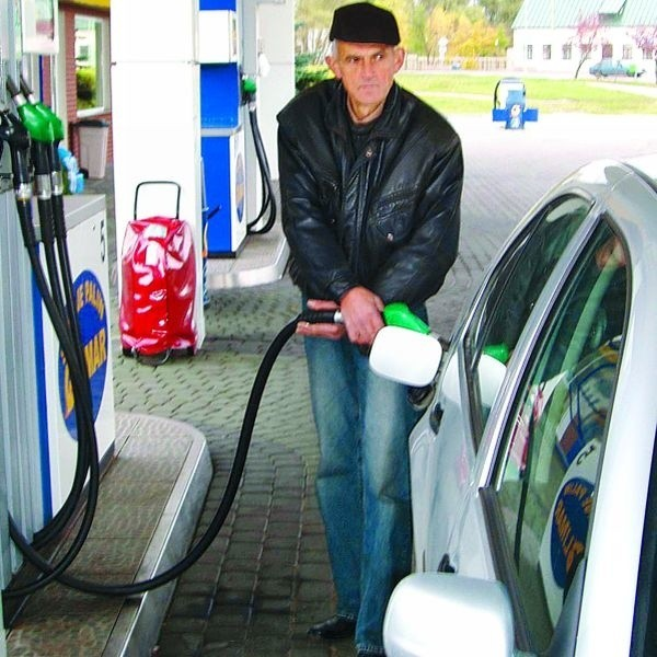Nie rozumiem, dlaczego u nas paliwo jest zawsze najdroższe. Teraz też słyszę, że benzyna wszędzie tanieje, ale chyba nie w Suwałkach - oburza się Bogusław Borys.