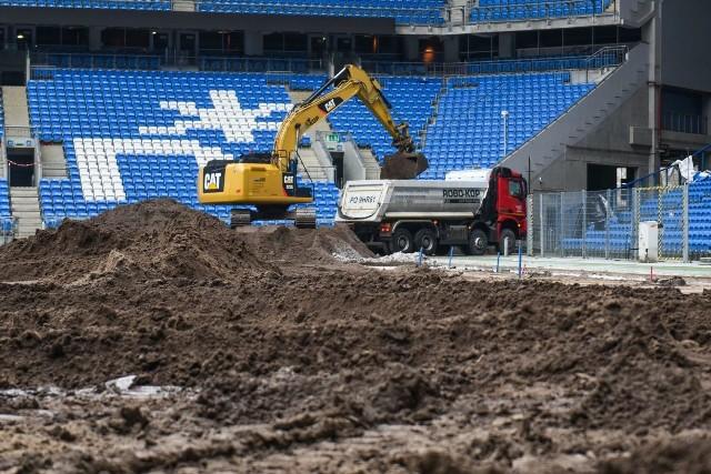 Rozpoczęła się wymiana murawy na Stadionie Miejskim w Poznaniu. Piłkarze Lecha Poznań wiosną będą grali na trawie sprowadzonej z Holandii. Zobacz, co w tej chwili dzieje się na obiekcie przy ul. Bułgarskiej.Przejdź do kolejnego zdjęcia --->