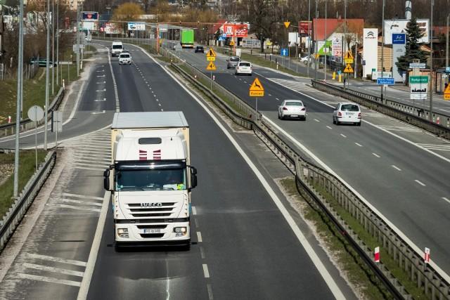 Wakacje to zawsze czas zmian w ruchu ciężarówek powyżej 12 ton. Obowiązują wówczas weekendowe ograniczenia w ich poruszaniu się. Ale jak zwykle - również w tym roku - przewidziano wyjątki.Czytaj dalej. Przesuwaj zdjęcia w prawo - naciśnij strzałkę lub przycisk NASTĘPNE