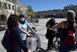 Na Rynku w Kielcach zastępcy prezydenta jeździli na rowerach i rozdawali książki [ZDJĘCIA]