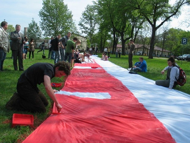A niedawno uczniowie i studenci malowali taką flagę