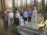 Gospodynie posprzątały miejsce pamięci na Cmentarzu Wojennym w Kalisiu