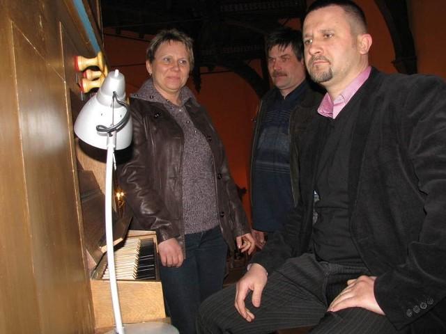 Z tego, że jeden z koncertów odbędzie się w Słonowie cieszą się Adam Kamiński (na pierwszym planie) i Marek i Joanna Grabia.