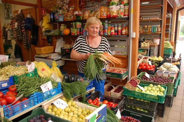 Danuta Olchawska handluje na tarnowskim Burku. - Ceny warzyw i owoców tak niskie, jak teraz, nie były już dawno - zachęca. Tłumów kupujących, zwłaszcza owoce, jednak nie widać. Już nie wszystkim chce się przygotowywać przetwory na zimę