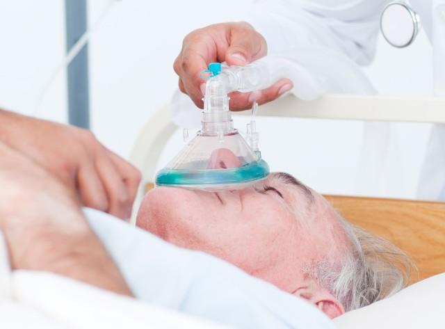 Chorzy z COVID-19 mogą być leczeni nie tylko z podawaniem tlenu, ale też tlenku azotu, który poprawia natlenienie organizmu i niszczy koronawirusa