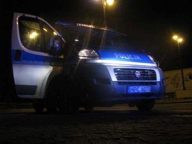 Policjanci chcieli przekazać dziewczynki ich ojcu, ale on również był pijany