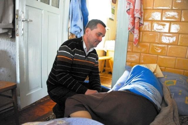 Dr Paweł Grabowski i inni pracownicy hospicjum odwiedzają swoich podopiecznych zawsze, gdy jest taka potrzeba. Dzięki temu osoby nieuleczalnie chore mogą być w swoim domu, w towarzystwie bliskich.