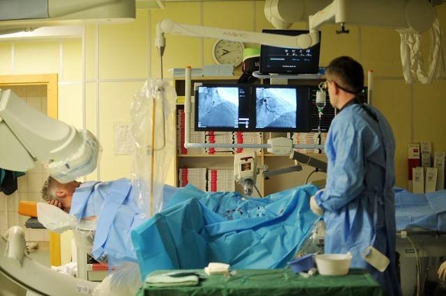 Według pana Wojciecha, skrzywdził go kardiolog i generalnie szpital na Bielanach. Stawił się tam na badanie (koronarografię), a wyszedł z rozrusznikiem serca