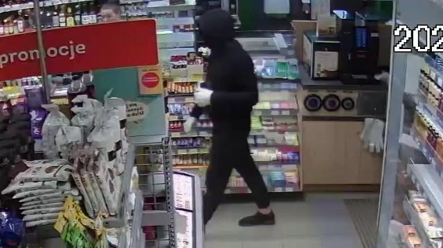 Uzbrojony mężczyzna w maseczce ochronnej na twarzy sterroryzował ekspedientkę Żabki przy ul. Jutrzkowickiej w Pabianicach i z kasetki sklepu zrabował gotówkę. Mężczyznie udało się uciec. Jak dotąd nie został zatrzymany. Czytaj więcej na następnej stronie