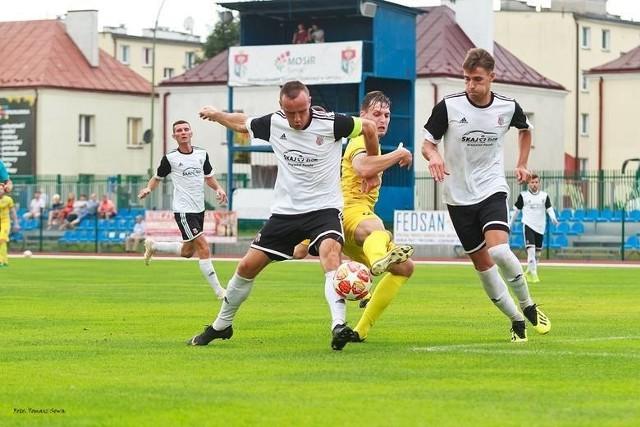 Piast (biało-czarne stroje) wysoko wygrał w test meczu.