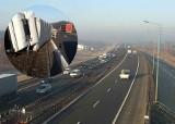 Utrudnienia na A4 w Podłężu. Wywrócony na bok samochód ciężarowy z naczepą blokuje przejazd autostradą [ZDJĘCIA, MAPY] 22.02