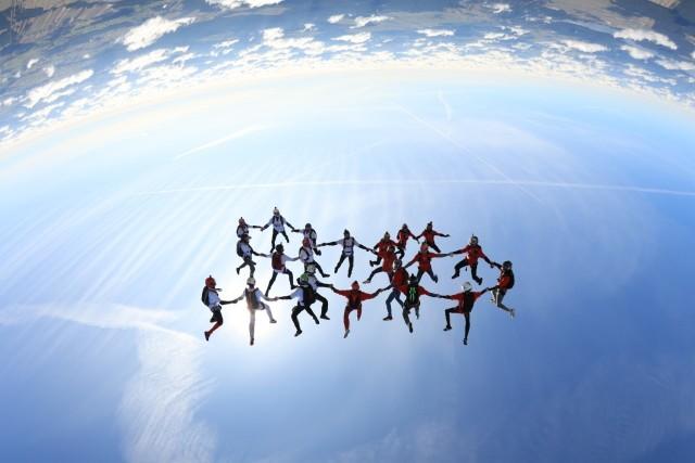Nowy spadochronowy rekord Polski. W grupie spadochroniarzy tylko jedna kobieta!