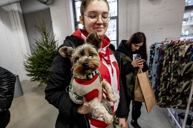 Miłośnicy psów spotkali się na kolejnej edycji Łapa Targ, poświęconej czworonogom. Prezent pod choinkę dla pupila? Można było go znaleźć właśnie w Concordii Design. Zabawki dla zwierząt, ubranka, legowiska i psie ciasteczka to tylko niektóre propozycje. Właściciele psów mieli też okazję porozmawiać i wysłuchać profesjonalistów, którzy na darmowych warsztatach dzielili się z swoją wiedzą. Nie zabrakło też wątku charytatywnego - chętni mogli wesprzeć psiaki ze schroniska, czekające na adopcję.Zobacz zdjęcia --->