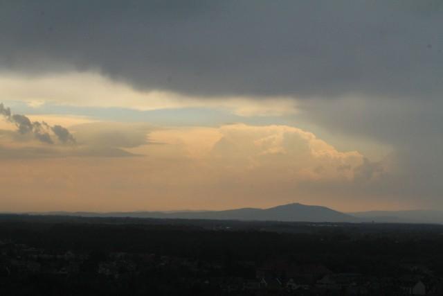 Dziś pogoda na Dolnym Śląsku jest bardzo zmienna i uzależniona od konkretnej lokalizacji. W niektórych miejscach w niedzielę rano mieliśmy już burze o podobnej sile do tych wczorajszych. A przypomnijmy, że w sobotę poza intensywnymi opadami, po niebie przemieszczały się duże zgrupowania chmur, a tzw. łowcy burz donoszą, że powstawały tzw. leje kondensacyjne, czyli wiry widoczne u podstawy chmury (zalążki trąby powietrznej). Wczesnym popołudniem w wielu miejscach wyszło słońce, ale to nie oznacza pogodnego wieczoru. W wielu miejscach w regionie znów czekają nas opady i burze. Wciąż obowiązuje ostrzeżenie wydane przez Instytut Meteorologii i Gospodarki Wodnej.SPRAWDŹ WIĘCEJ NA KOLEJNYCH SLAJDACH - AKTUALNA SYTUACJA - ZDJĘCIA