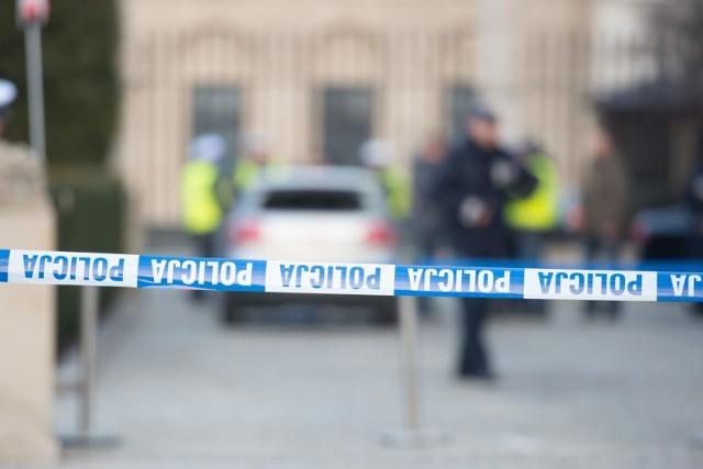 Atak na policjanta w Grudziądzu. Sprawcy uciekli i są poszukiwani.