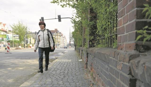 W ramach trwającej przebudowy jezdni i torów tramwajowych na pl. św. Katarzyny i Warszawskiej fragmenty chodników przy tych ulicach zostały zwężone. Na niektórych odcinkach zaledwie do ok. 1,5 m szerokości.