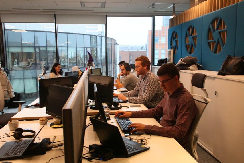 Pracownicy call center, którzy dobrze znają języki obce, mogą zarobić 5-6 tys. zł brutto, czyli od 3,5 do 4,3 tys. zł na rękę