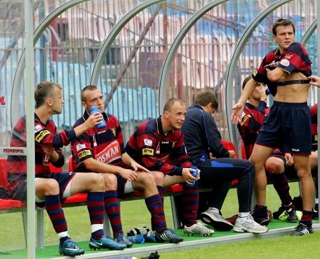 Ławka rezerwowych Pogoni Szczecin pęka w szwach. Zawodnicy mocno walczą o to, by podczas pierwszego meczu w I lidze znaleźć się chociaż na niej.