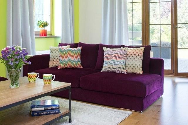 Sposobem na szybką metamorfozę salonu są dekoracyjne poduchy. Jeśli sofa jest zniszczona, a nie stać nas na nową, można nakryć ją pokrowcem.
