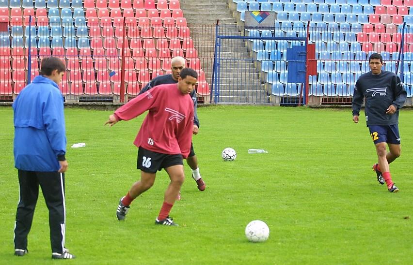 Wczoraj pierwszy raz na murawie stadionu przy ul. Twardowskiego trenowali nowi zawodnicy Pogoni Maciej Terlecki (z lewej) i Giuliano (z prawej), w środku Julcimar.