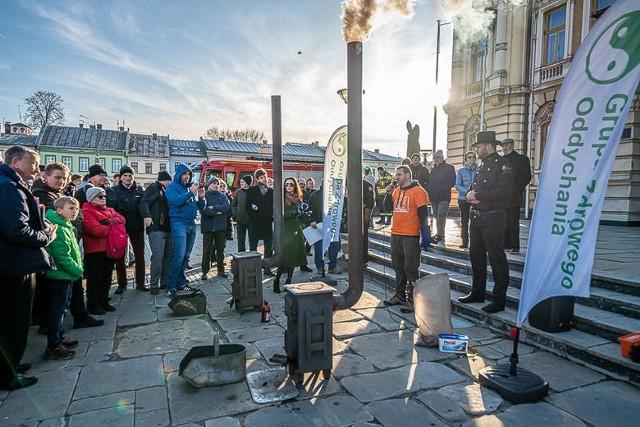 Wielu mieszkańców Nowego Sącza przyszło 1 grudnia, na płytę rynku, żeby przekonać się, czy palenie w piecu węglowym od góry jest bardziej ekologiczne.