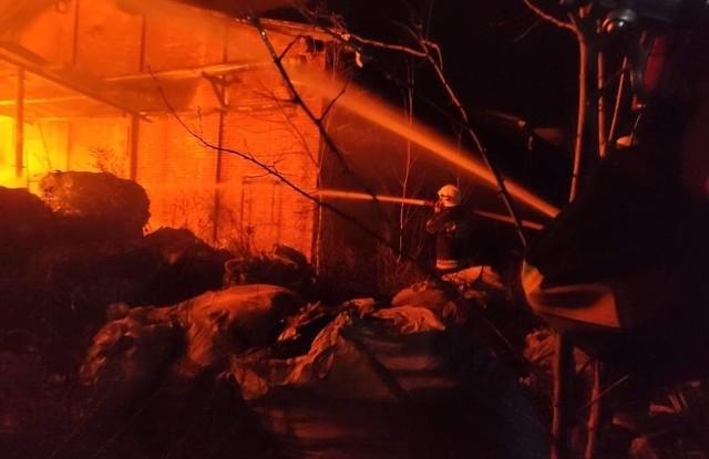 W firmie Bomax, na terenie byłych zakładów Pronit, przy ulicy Zakładowej w Pionkach doszło do ogromnego pożaru składowiska odpadów sztucznych. CZYTAJ KONIECZNIE: Ogromny pożar tworzyw sztucznych w Pionkach. Służby apelują do mieszkańców o pozostanie w domach