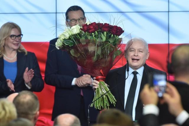 """Dwa zwycięstwa wyborcze Prawa i Sprawiedliwości Jednak tak, pomimo tego, że zwłaszcza to drugie jest już mocno na wyrost. Że osiągnięte zostało drogą masowego wyborczego przekupstwa, bo inaczej nie da się opisać """"piątki  Kaczyńskiego"""". Jednak utrzymanie steru rządów przez polityków próbujących reprezentować """"gorszą część społeczeństwa"""",  wbrew własnym elitom, wbrew zagranicy, i wbrew wszelkim prognozom ekonomicznym, nie może nie budzić podziwu. Tyle, że w roku 2019 ten obóz popełnił już rekordową liczbę błędów ulegając pokusie superarogancji. A w roku 2020 może stanąć wobec pata odbierającego mu de facto władzę - o ile przegra wybory prezydenckie."""