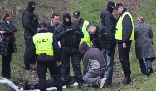 Bracia M. pokazują podczas wizji lokalnej, jak zamordowali Marka Medyńskiego z Grodkowa.