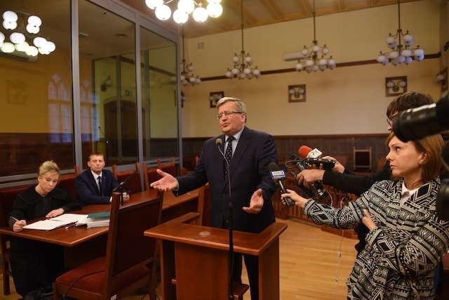 Nikt chcący mi coś wręczyć nie skacze w górę z uniesioną ręką - mówił Bronisław Komorowski