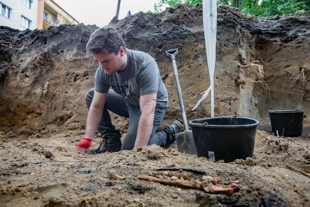 """Po sensacyjnych odkryciach archeologów, wg których pod powierzchnią parku Witosa może się znajdować nawet 80 tys. grobów, przerwano prace remontowe. Teraz trwają tam kolejne badania, a o przyszłości parku zadecyduje specjalnie powołany zespół ekspertówW parku Witosa w Bydgoszczy zamiast prac remontowych trwają kolejne wykopaliska archeologiczne. Wg archeologa Roberta Grochowskiego na terenie parku może się znajdować nawet 80 tys. trumien ze szczątkami. Te odkrycia sprawiły, że miasto zmienia plany dotyczące zagospodarowania tej części miasta. Prezydent Rafał Bruski zapowiada, że w Witosie nie znajdzie się nic związanego z rozrywką i rekreacją, a park będzie miejscem pamięci i zadumy. Jednak o tym, jak ostatecznie będzie wyglądała przyszłość parku ma zadecydować specjalny zespół ekspertów. Pierwsze spotkanie zespołu trwało w środę po południu. O jego szczegółach poinformujemy wkrótce.Prace w parku Witosa w Bydgoszczy wstrzymane. """"To będzie miejsce pamięci"""""""