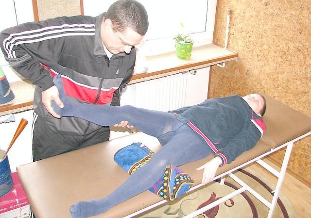 Dwa razy w tygodniu Bartek Zieliński korzysta z pomocy rehabilitanta Michał Zygnarowskiego. Ćwiczenia prowadzone są w siedzibie wąbrzeskiego stowarzyszenia pomocy dzieciom specjalnej troski. To jedna z organizacji, której możemy przekazać 1 proc. swojego podatku dochodowego.