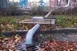 Woda leje się do kanalizacji z budowy szkoły. Co się dzieje?