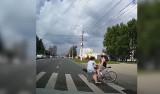 Rowerzysta wjechał w pieszą na pasach uderzając ją kaskiem! Przerażające WIDEO trafiło do sieci. FILM