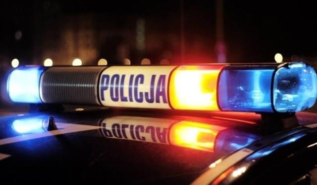Mężczyzna, jadąc całą szerokością drogi, zwrócił na siebie uwagę policyjnego patrolu.