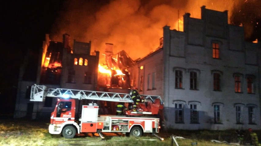 W Główczycach spłonął zabytkowy pałac. Nikt nie ucierpiał [ZDJĘCIA]