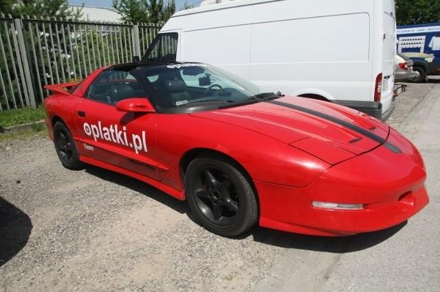 Takim luksusowym sportowym autem przyjechała na targi firma oplatki.pl.
